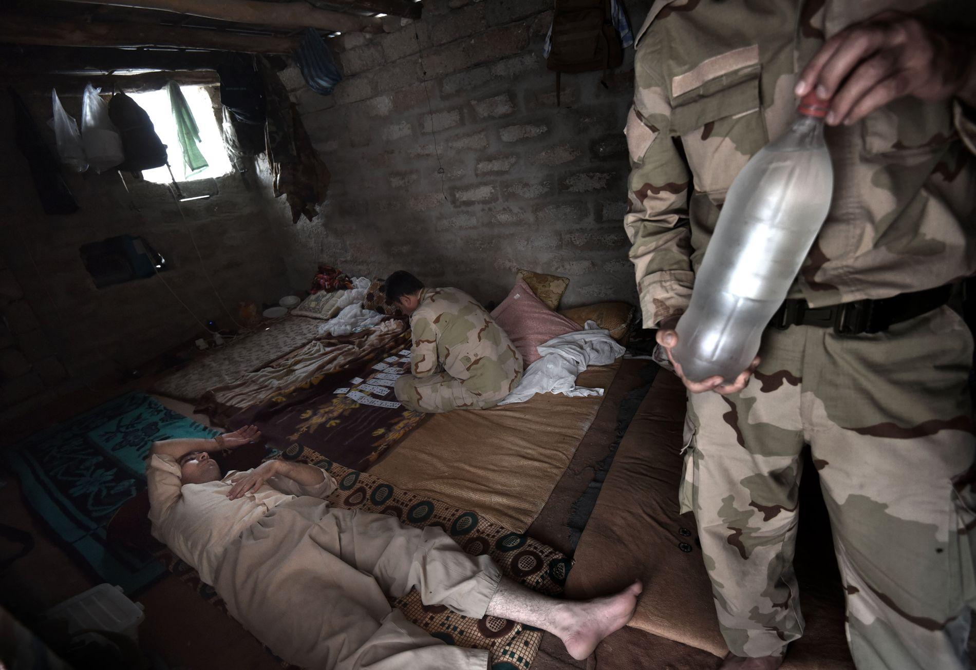 VOLDSOM VARME: Kampene er sjelden midt på dagen. I den intense heten holder soldatene seg mest mulig i ro og prøver å få i seg mye vann som mulig.