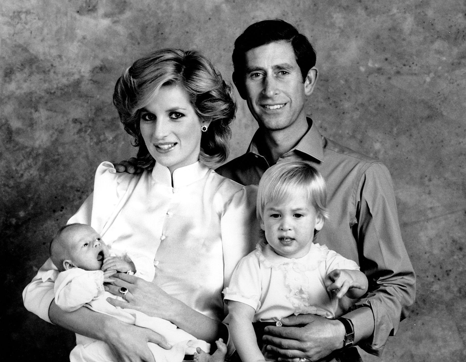 FAMILIEBILDE: Dette bildet av prins Harry med mamma Diana, pappa Charles og storebror William er tatt rund tre uker etter at han var født.
