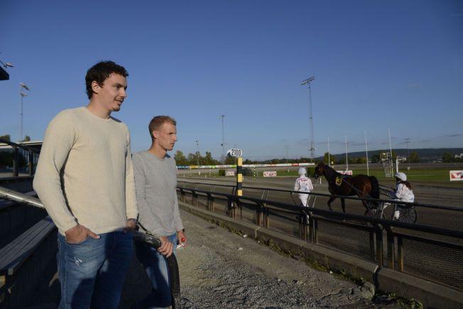 TRAVDILLA: Vegard Forren (.v.) og André Hansen koste seg i sola på på Bjerke travbane fredag kveld.