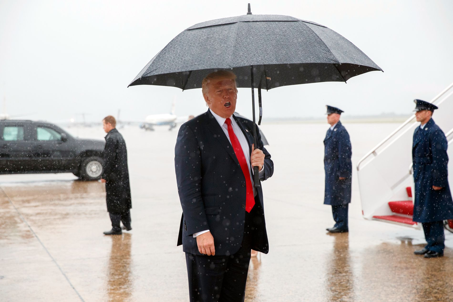 PÅ HJEMMEBANE: President Trump, like etter at Airforce One landet på flybasen Andrews utenfor hovedstaden. Det var på flyet at han skrev på Twitter at Priebus var ferdig.