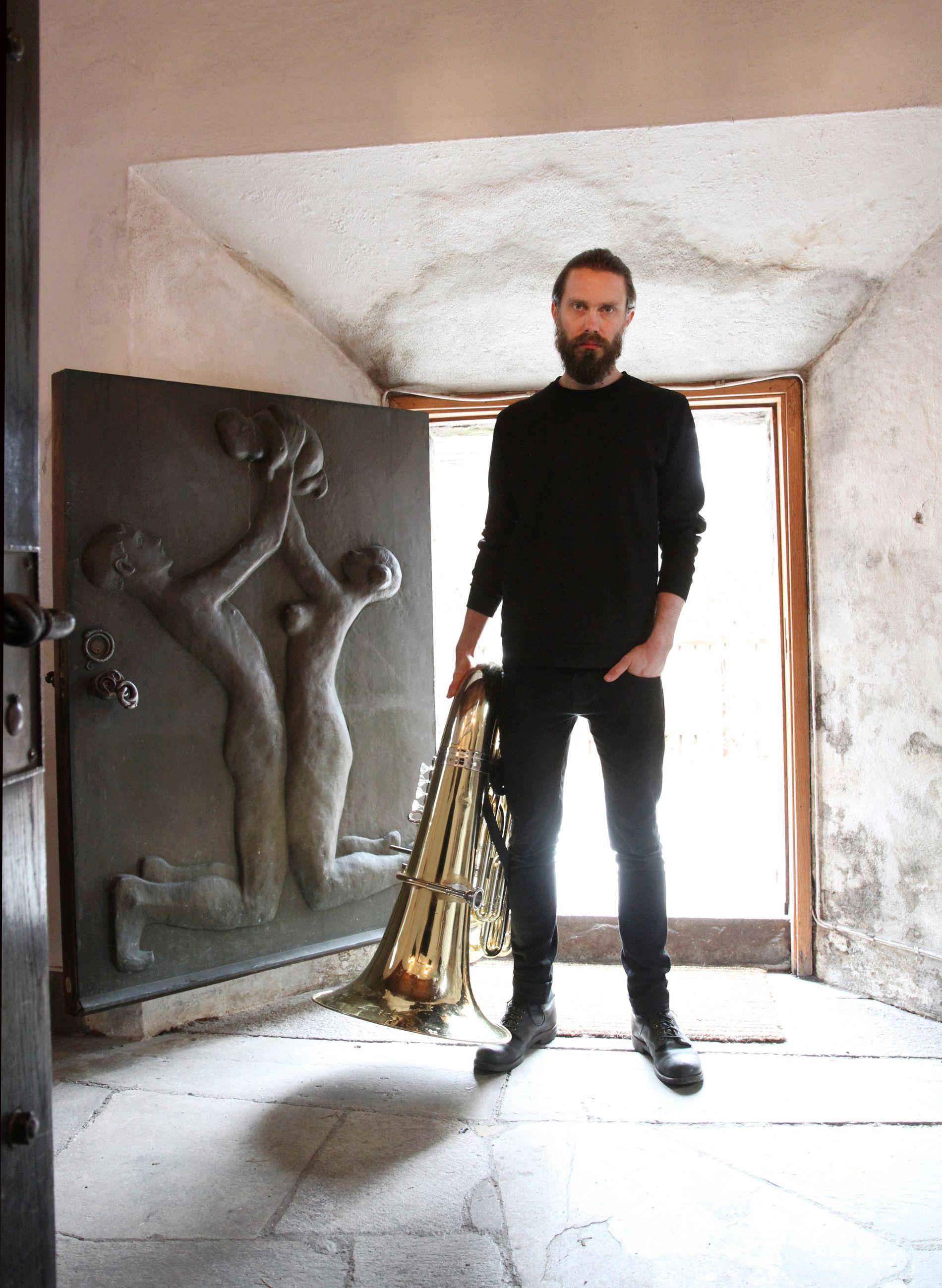 ALLSIDIG: Kristoffer Lo er en ettertraktet musiker i både pop- og jazzkretser. Her med tuba. Foto: NTB SCANPIX