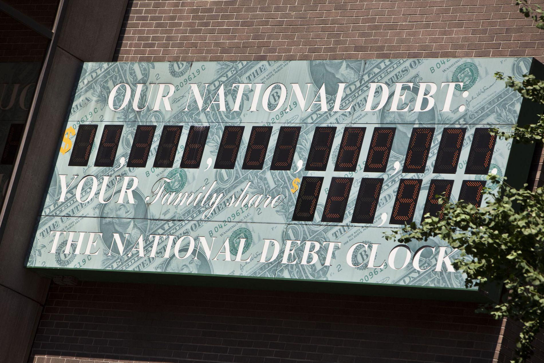 TIKKER OPPOVER: USAs gjeldsklokke kan ses på en billboard på en bygning på Sixth Avenue på Manhattan. bildet er tatt mandag denne uken (11.juli). Gjelden har i realiteten tikket forbi den offisielle gjeldsgrensen på 14.300 milliarder dollar, et tak Obama-administrasjonen har store utfordringer med å få hevet.