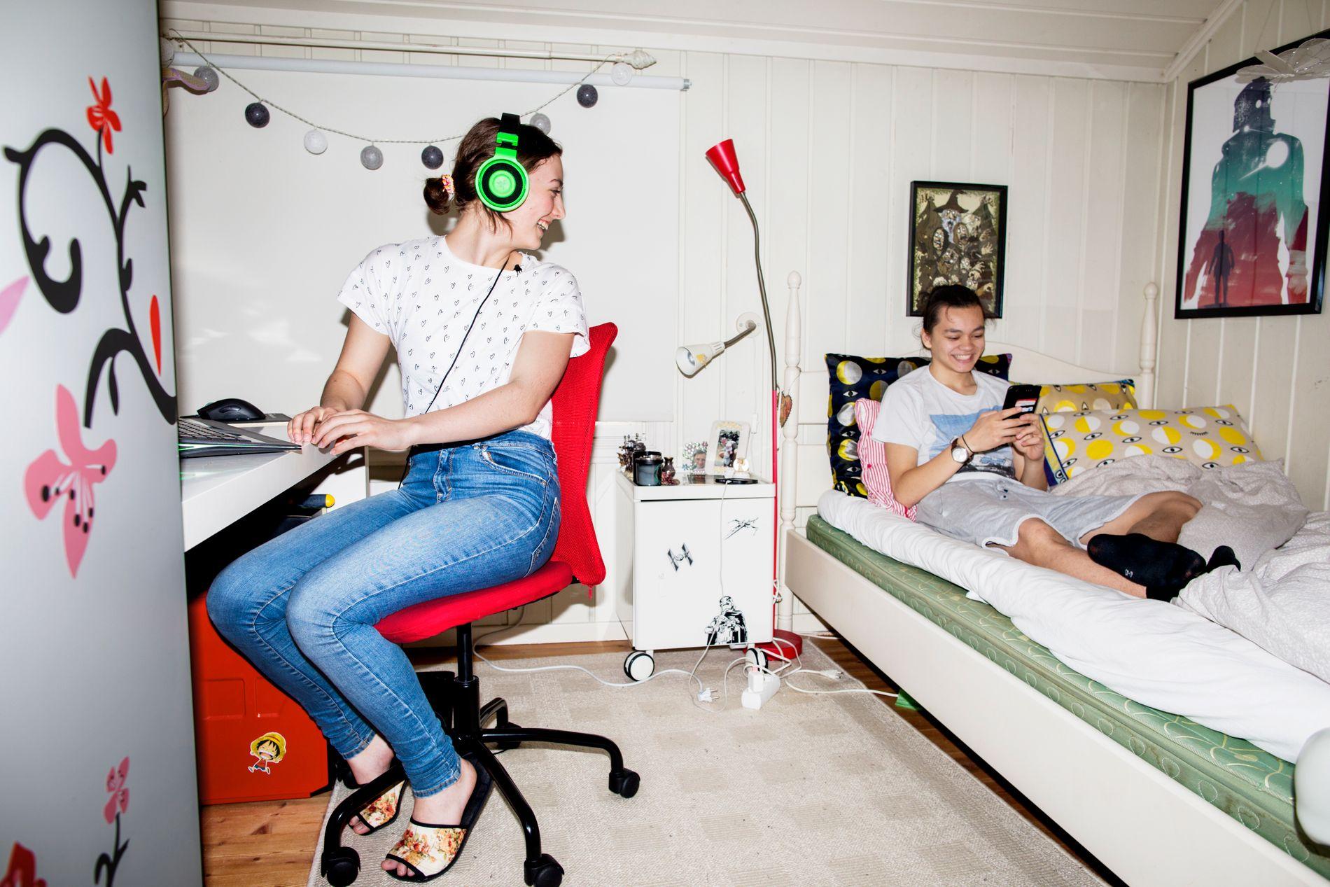 ETTER SKOLETID: Emilie (17) og kjæresten Elias (18) sitter mye på rommet og spiller og gjør lekser.