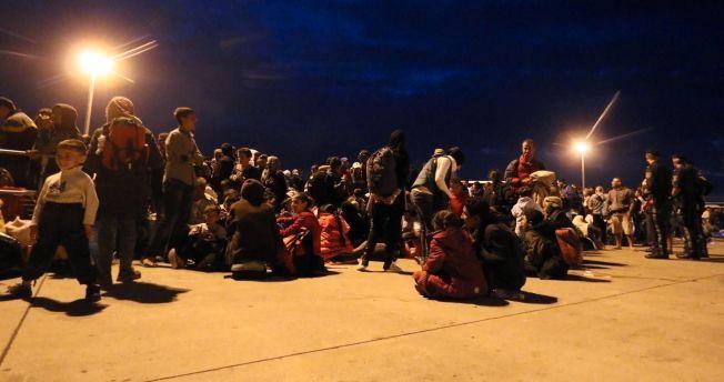 SKAL VIDERE: Etter planen skal flyktningene fraktes videre med buss og taxi til midlertidige steder hvor de kan sove.