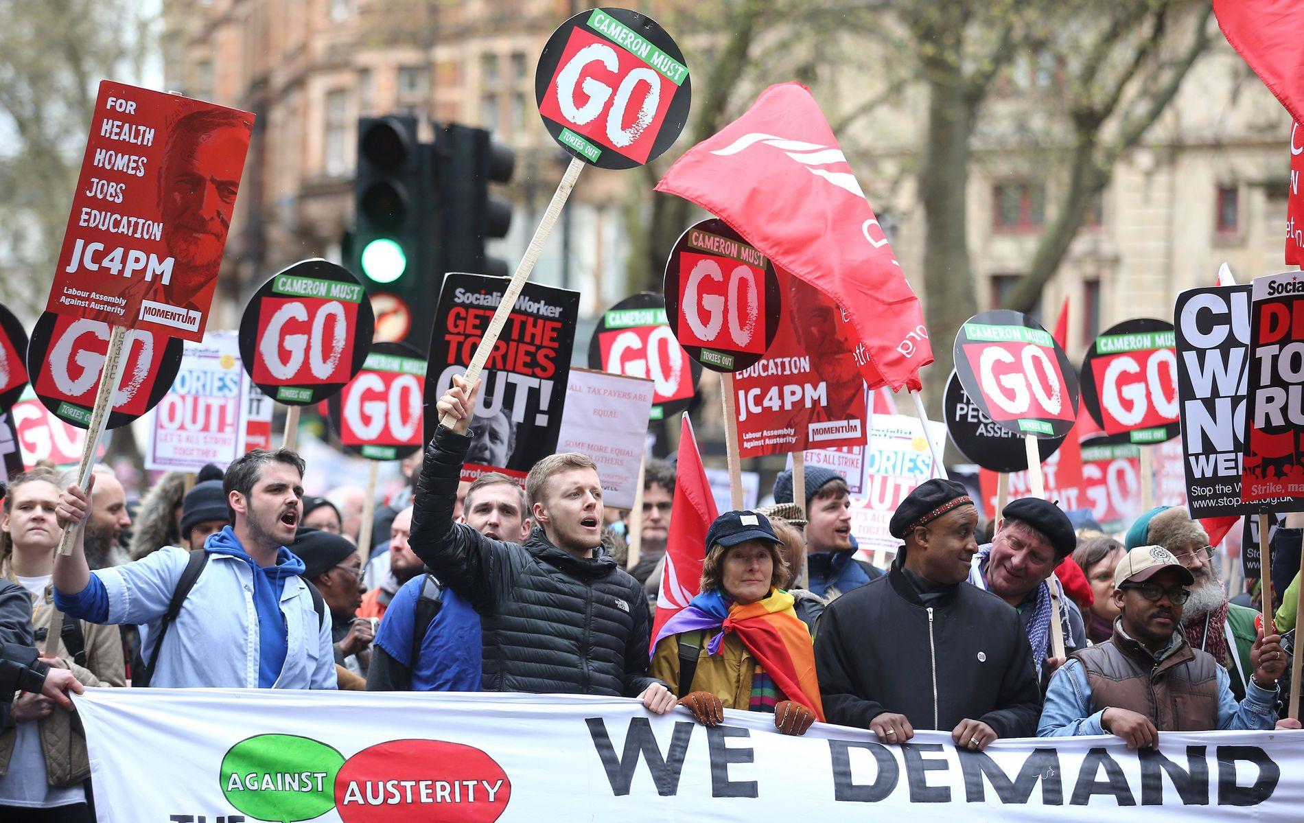 TITUSENVIS: Rapporter tyder på at flere titalls tusen mennesker marsjerte gjennom Londons gater, blant annet med kravene «Health, homes, jobs, education».