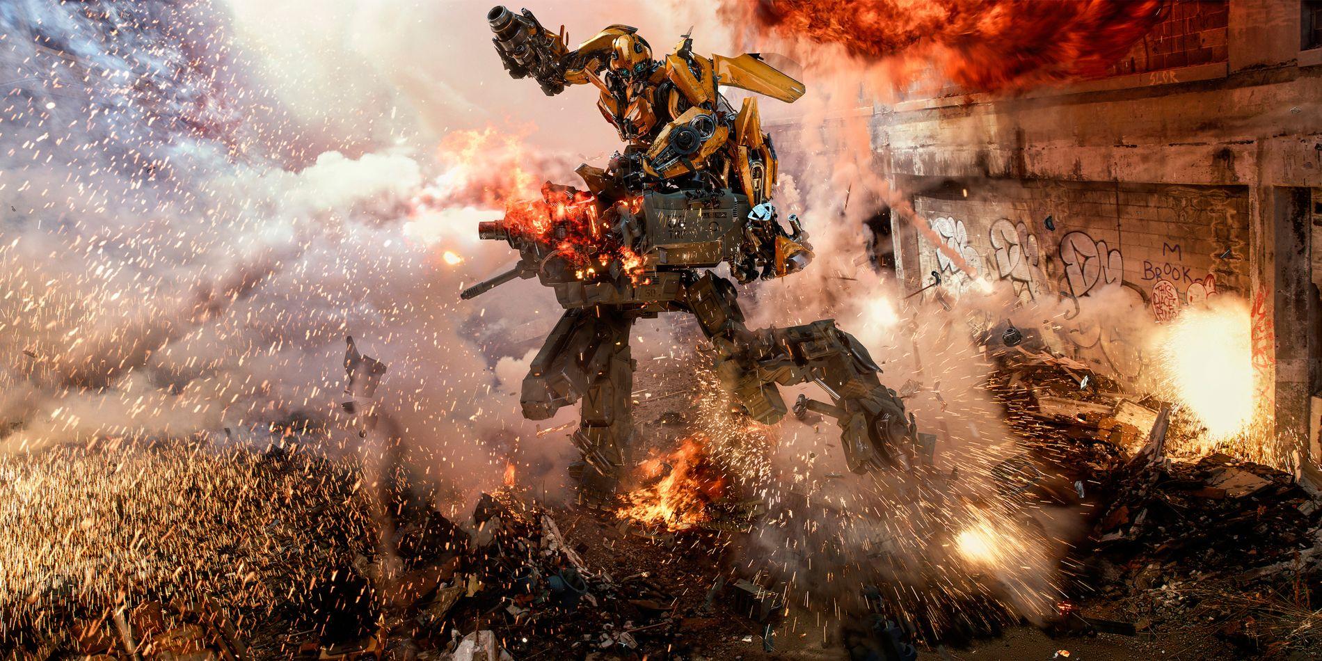 NØYAKTIG SOM DETTE – I TO OG EN HALV TIME: En transformer driver med det tranformere driver med i «Transformers: The Last Knight». FOTO : United International Pictures