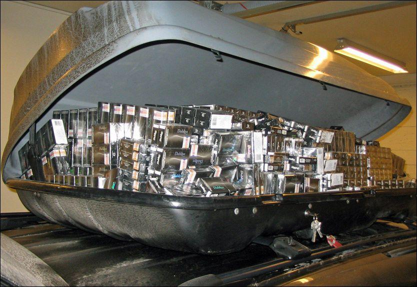 FULLSTAPPET: I takboksen lå store mengder smuglersigaretter skjult. Foto: Tollvesenet