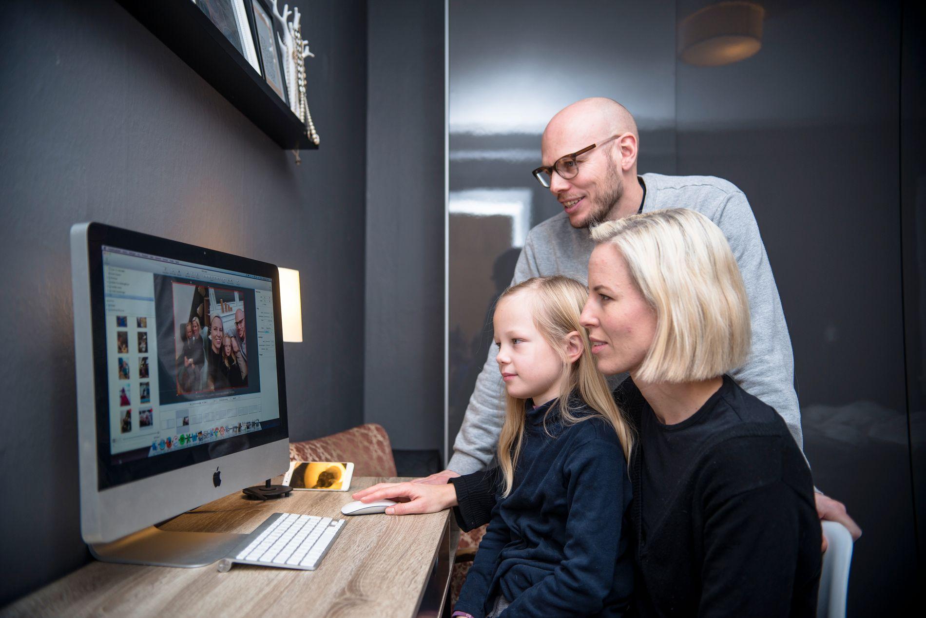 SAMLER MINNER: Berit og mannen Jørgen laster de opp bilder til boken sammen med eldstedatter Hedda.