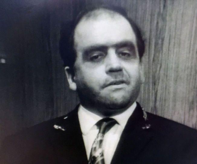 SLIPSTVANG: Torgils Moe i en av hans mest karakteristiske rollefigurer - dørvakten - i NRK-serien «Og takk for det» fra 1969. (Skjermdump fra «Og takk for det», regi: Bo Hermansson, NRK)