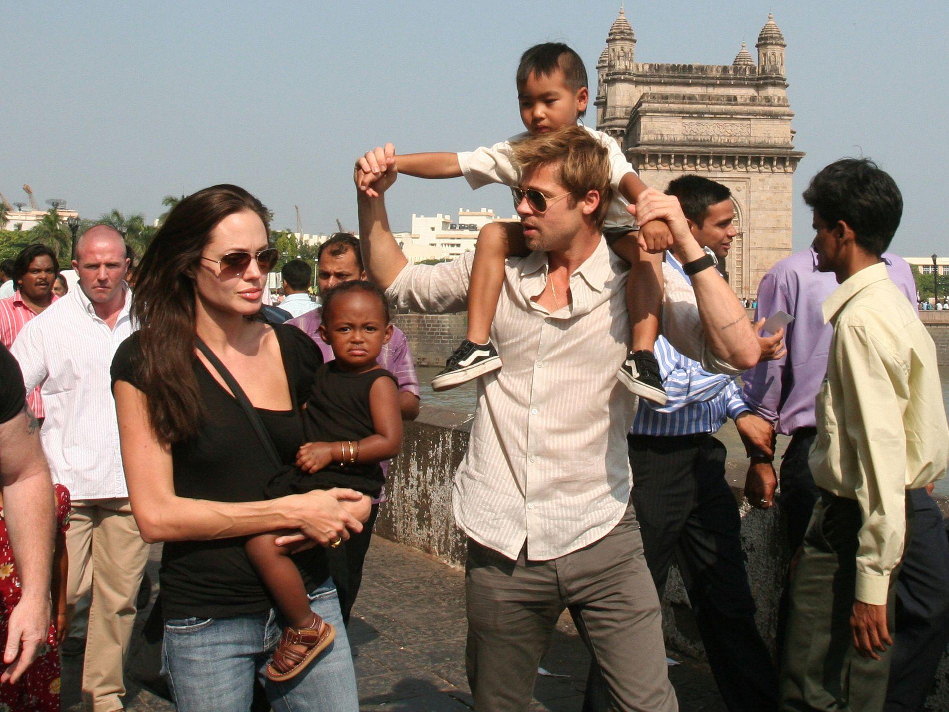 DEN GANG DA: Brad Pitt og Angelina Jolie, her fotografert i India, Mumbai, i 2006. Med seg hadde de datteren Zahara og sønnen Maddox. Foto: AP Photo