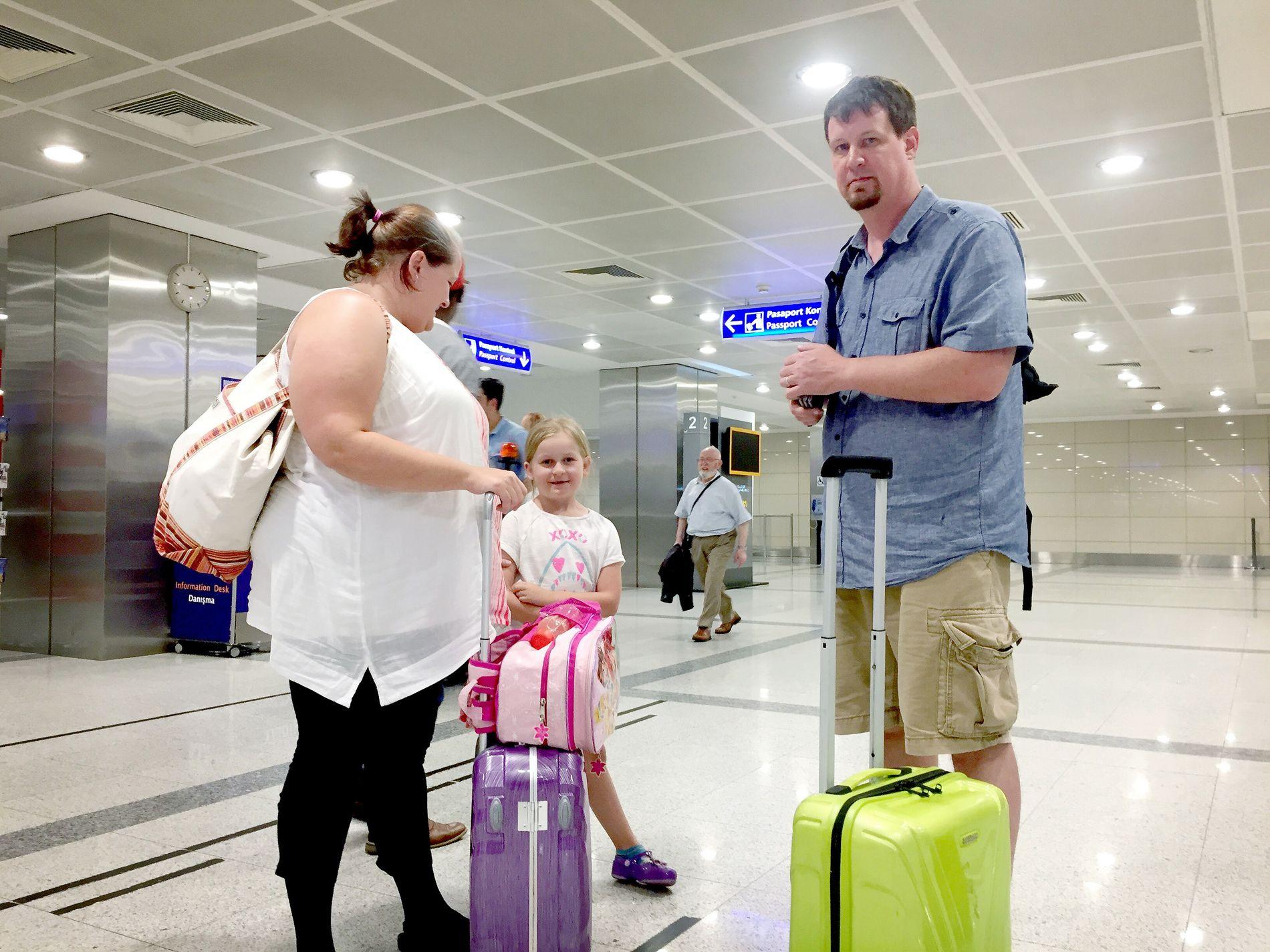 VILLE UNNGÅ TYRKIA: Amerikanske Brock og Lisa Haylock (begge 43), og datteren Bethany (7) har flydd inn fra Athen.
