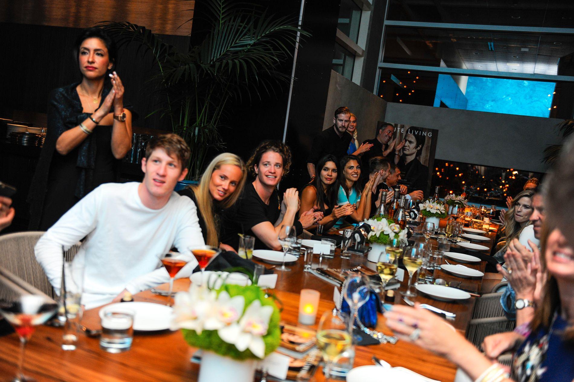 GOD STEMNING: Tilløp til applaus da Kygo ble feiret på restaurant i Miami. Foto: GETTY