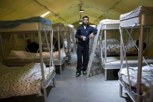 TELT-TRØBBEL: Khalid fra Syria i teltet han deler med andre enslige menn. Ett av de største problemene ved Råde er at asylsøkere fra ulike land ikke vil bo samme telt.