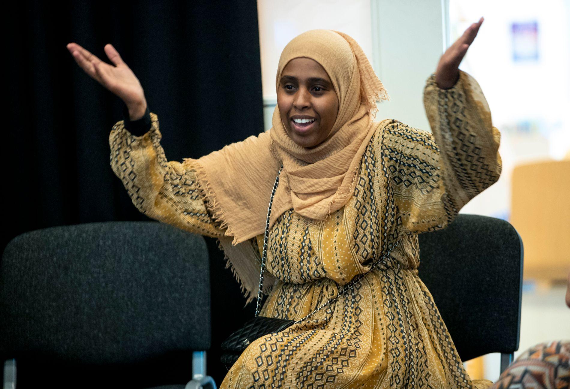 ENGASJERT.  Ifrah Yusuf Ciyow var en av nesten 40 Holmlia-foreldre som møttes på biblioteket på Holmlia senter tirsdag.