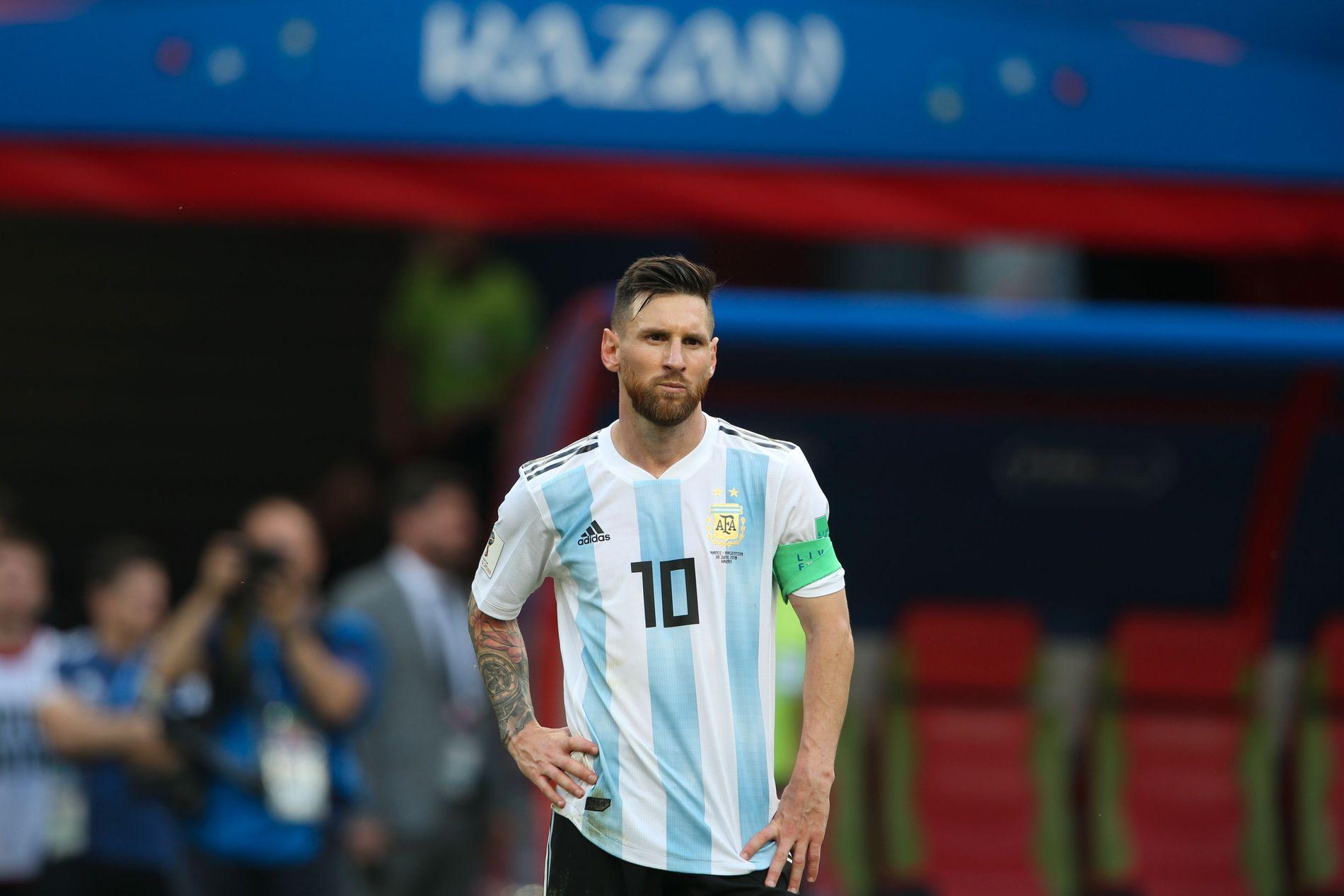 OVER OG UT: Lionel Messi ble stående lenge slik etter kampslutt i 4–3-tapet mot Frankrike. Var det hans siste kamp for landslaget?