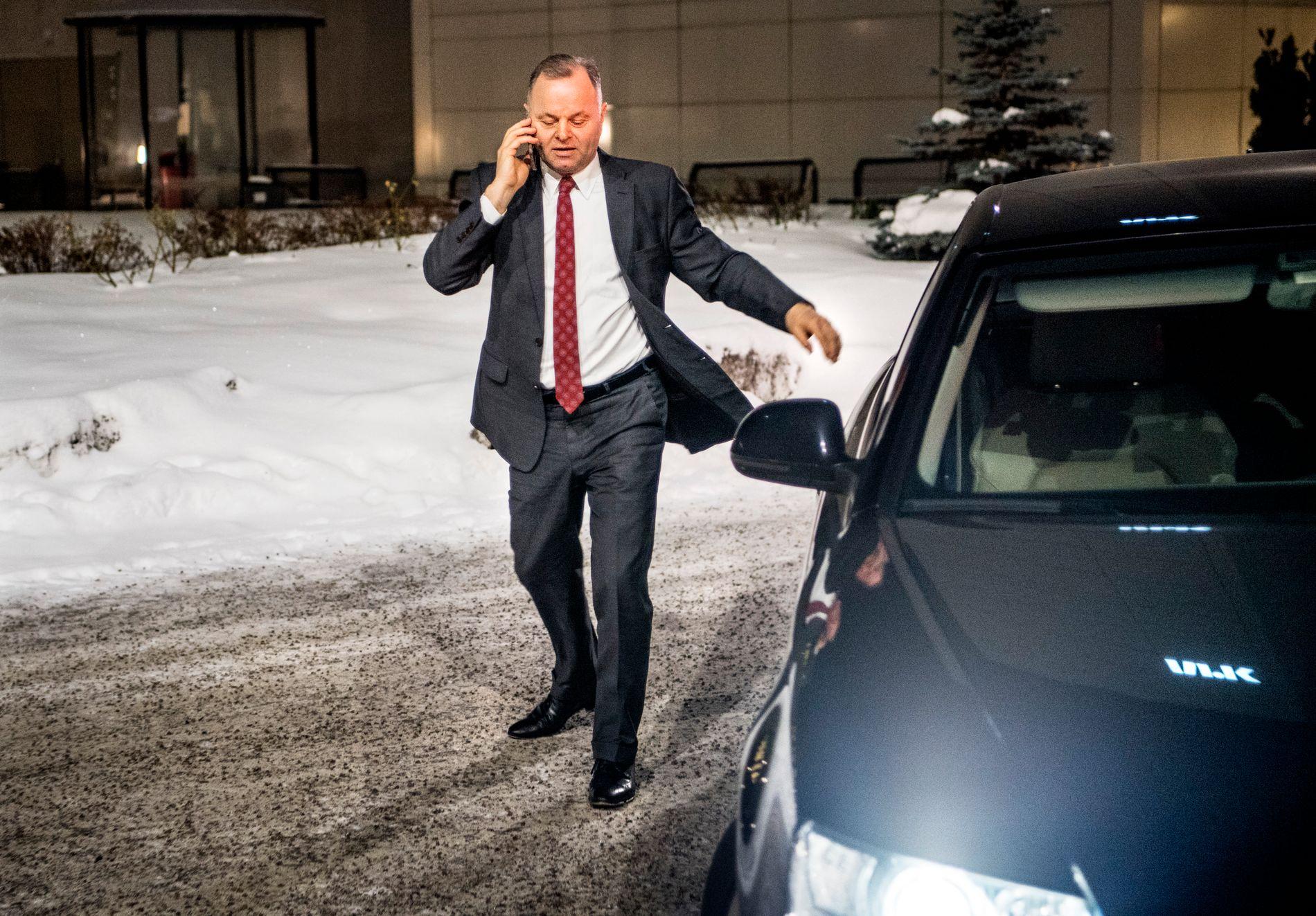 PRESSET PRESIDENT: Stortingspresident Olemic Thommessen (H), her på vei inn til NRK mandag kveld.