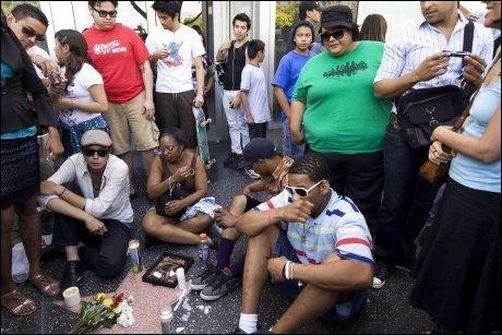 SØRGER: Michael Jackson-fans har samlet seg utenfor sykehuset i Los Angeles. Foto: AP