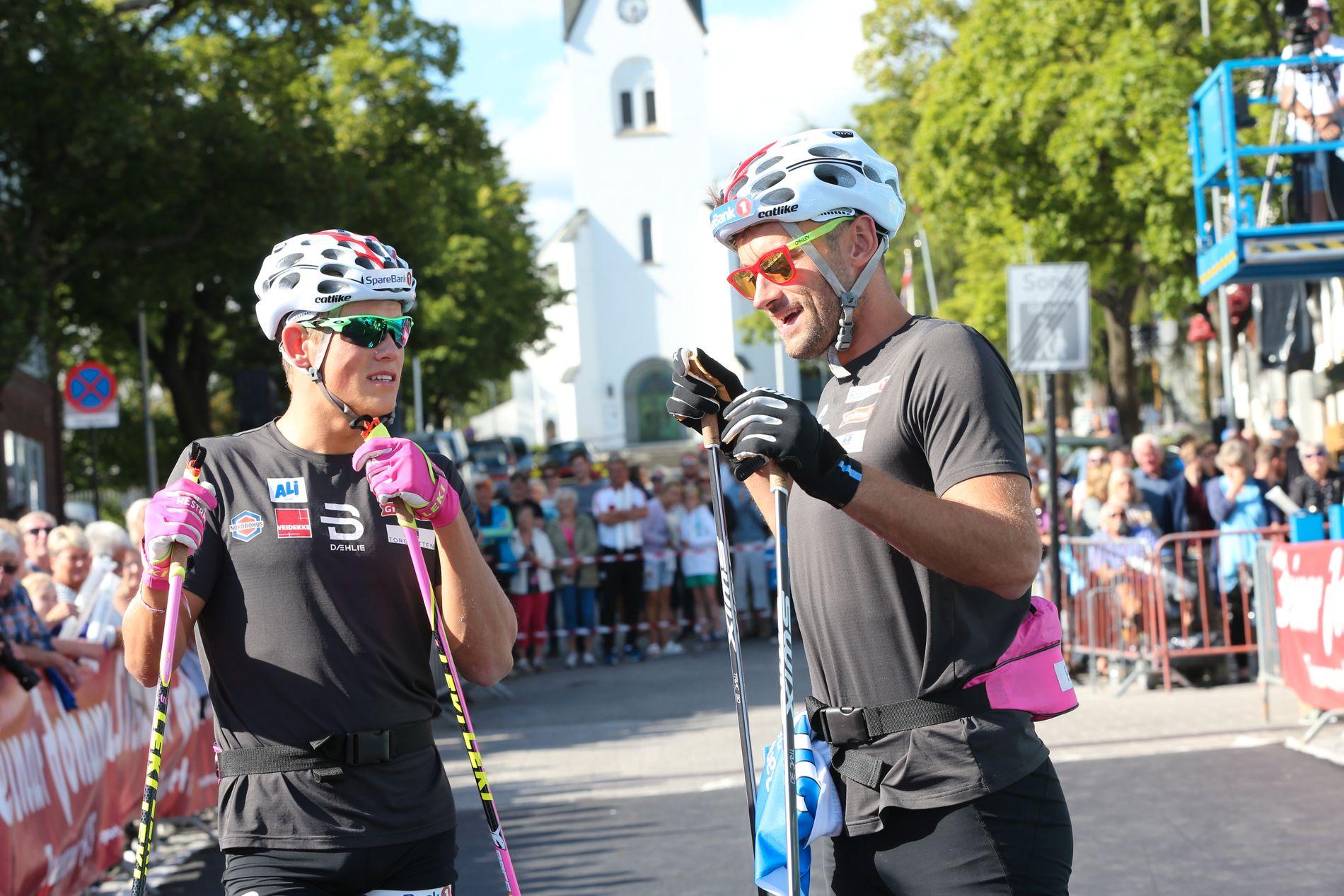 PÅ SOMMERFØRE: Johannes Høsflot Klæbo (t.v.) og Petter Northug jr. fotografert under rulleskirennet Kirkebakken Grand Prix i Hamar i sommer.