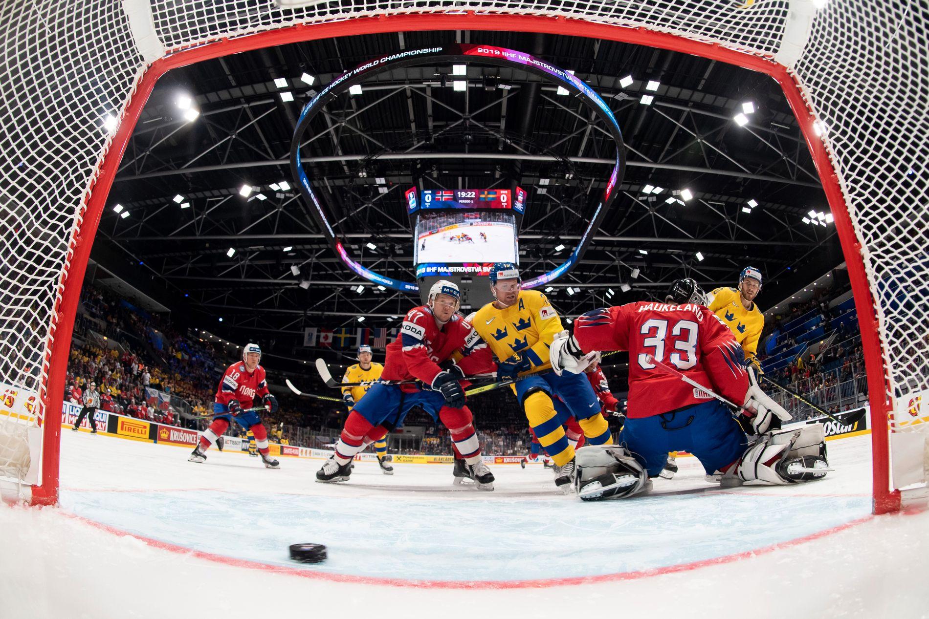 PÅ FELGEN: Alexander Wennberg sørget for 1–0 til Sverige bak Norges keeper Henrik Haukeland, med backveteran Alexander Bonsaksen som tilskuer, allerede etter 39 sekunder i VM-kampen mandag.