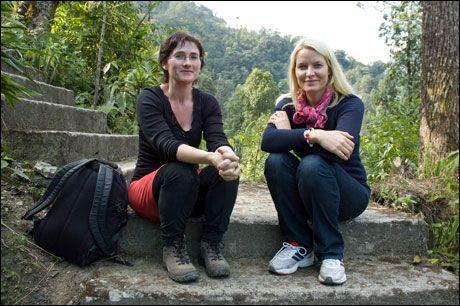 NÆRT: Kronprinsesse Mette-Marit og NRK-journalist Kristi Marie Skrede i Dzongu, Sikkim i India. Skrede har ansvaret for TV-portrettet av kronprinsesse Mette-Marit. Foto: Bengt Kristiansen/NRK