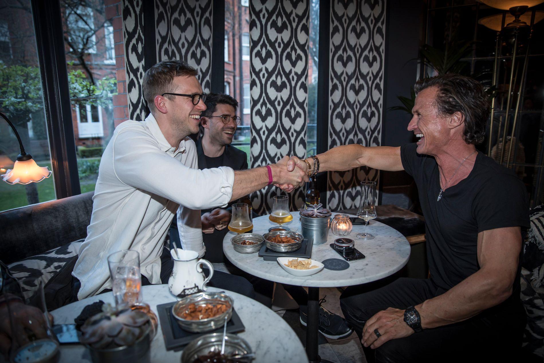 BOK-SALG: Her shaker Petter Stordalen med Simon Brouwers i svenske Mondial som akkurat har kjøpt rettighetene til den kommende Northug-biografien som skal ut på Pilar til høsten.