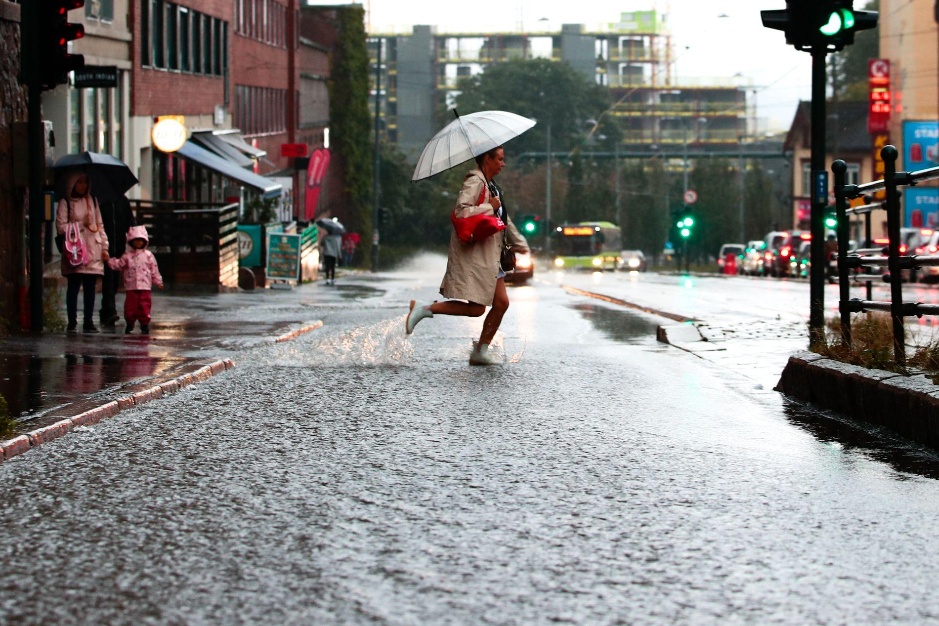 REGNTUNGT: Det er bare å belage seg på en klissvåt morgen på Østlandet.
