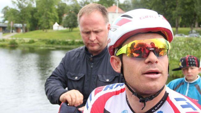 KRISTOFFS HJELPER: Alexander Kristoff ble  bare nummer 16 under NM i Eidsvoll i sommer. Da syklisten møtte pressen like etter rittet, fulgte Stein Ørn tett.