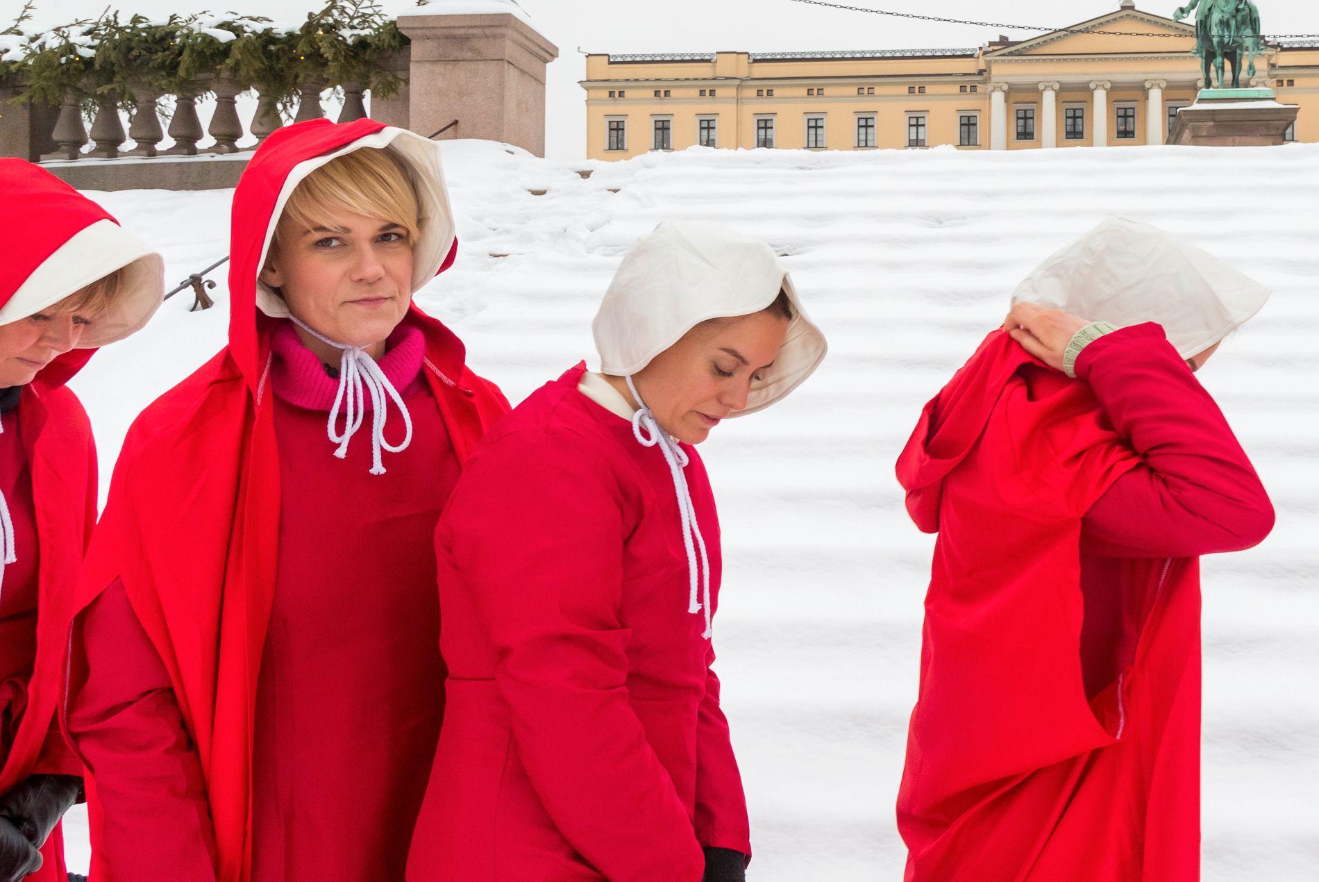 PROTEST: Sigrid Bonde Tusvik og 29 andre kvinner demonstrerte mot regjeringen i Handmaid's Tale-utkledning sist uke.