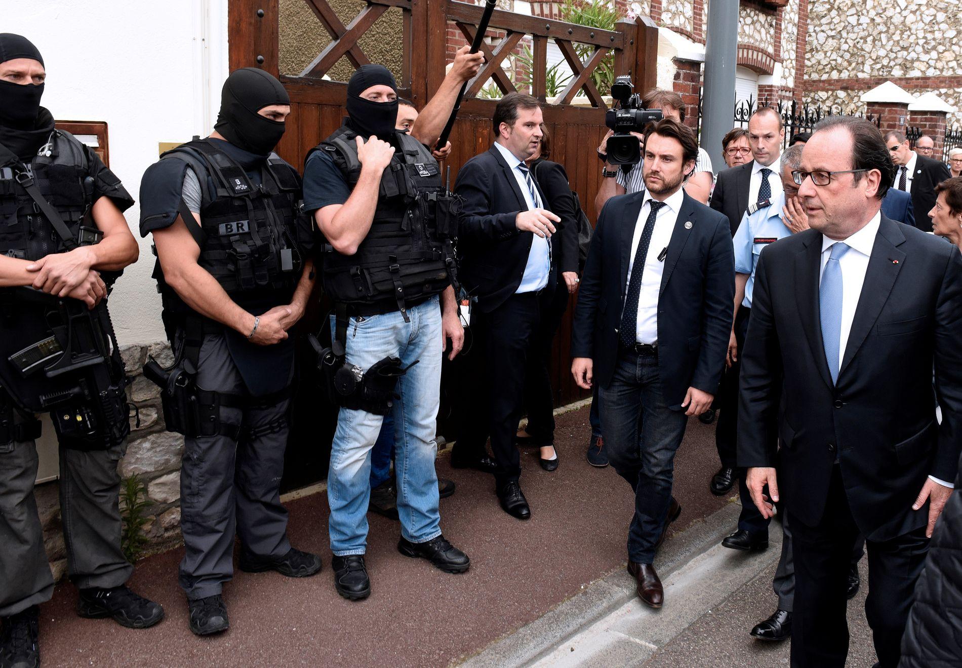 UNDER ANGREP: Frankrikes president, François Hollande (helt til høyre), hilser på en spesialtrent politistyrke i Saint-Étienne-du-Rouvray etter kirkeangrepet i slutten av juli.