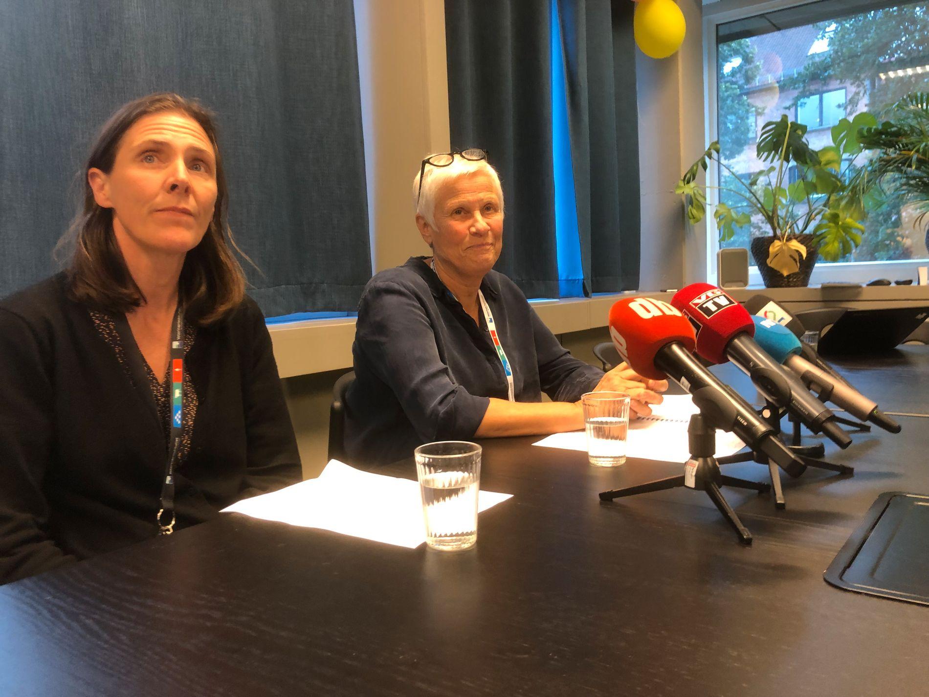 Forsker Hannah Joan Jørgensen og beredskaps- og sikkerhetsdirektør Jorun Jarp under en pressekonferanse hos Veterinærinstituttet, hvor de fredag orienterte om arbeidet med sykdommen som har rammet mange hunder den siste tiden.