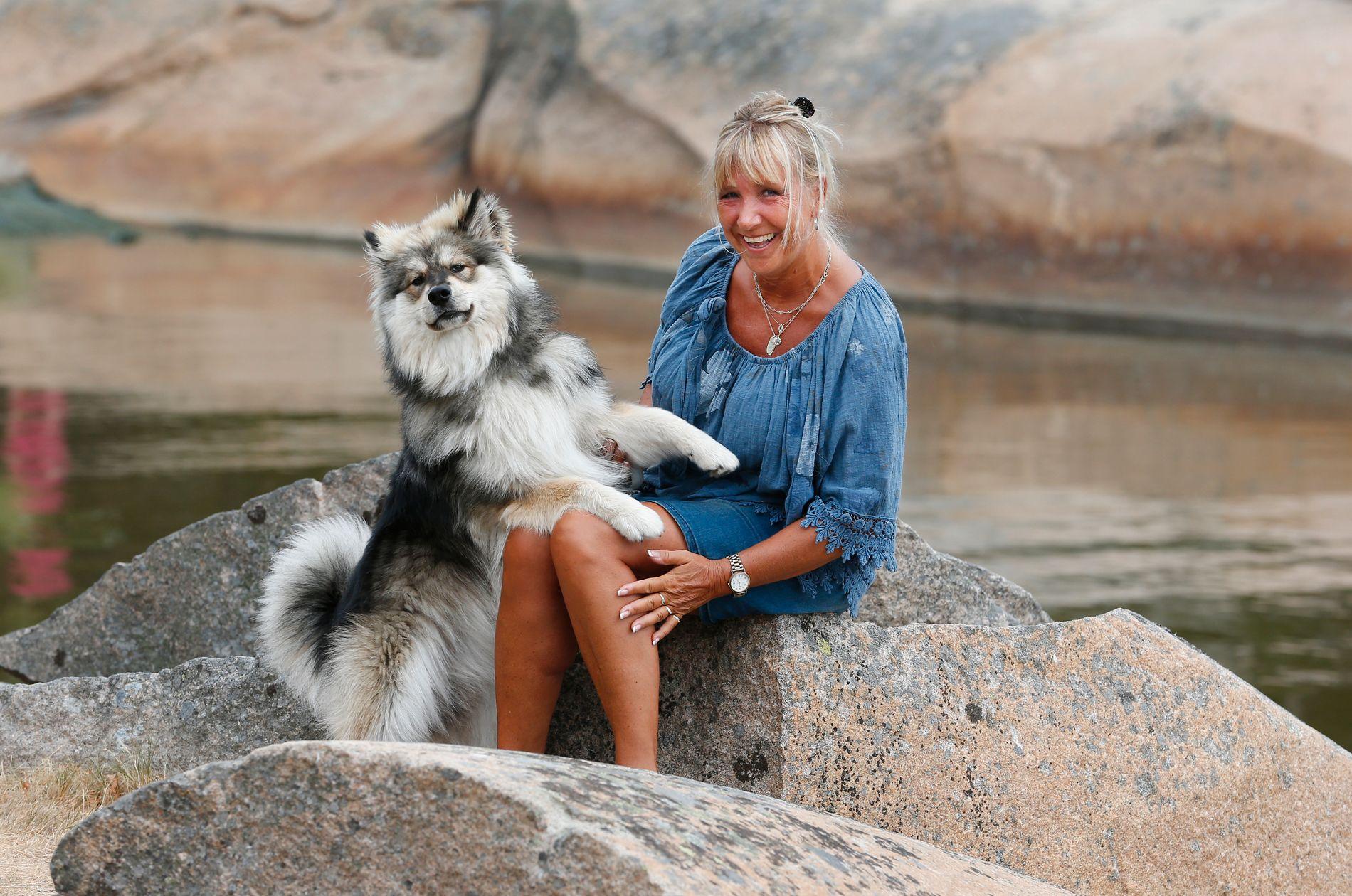 TAKKNEMLIG: Vigdis Brostrøm sier at hun fikk livet i gave, da hun fikk innvilget unntaksbehandling. Her er hun sammen med valpen Bajas på svaberget ved campingvognen på Hvaler.