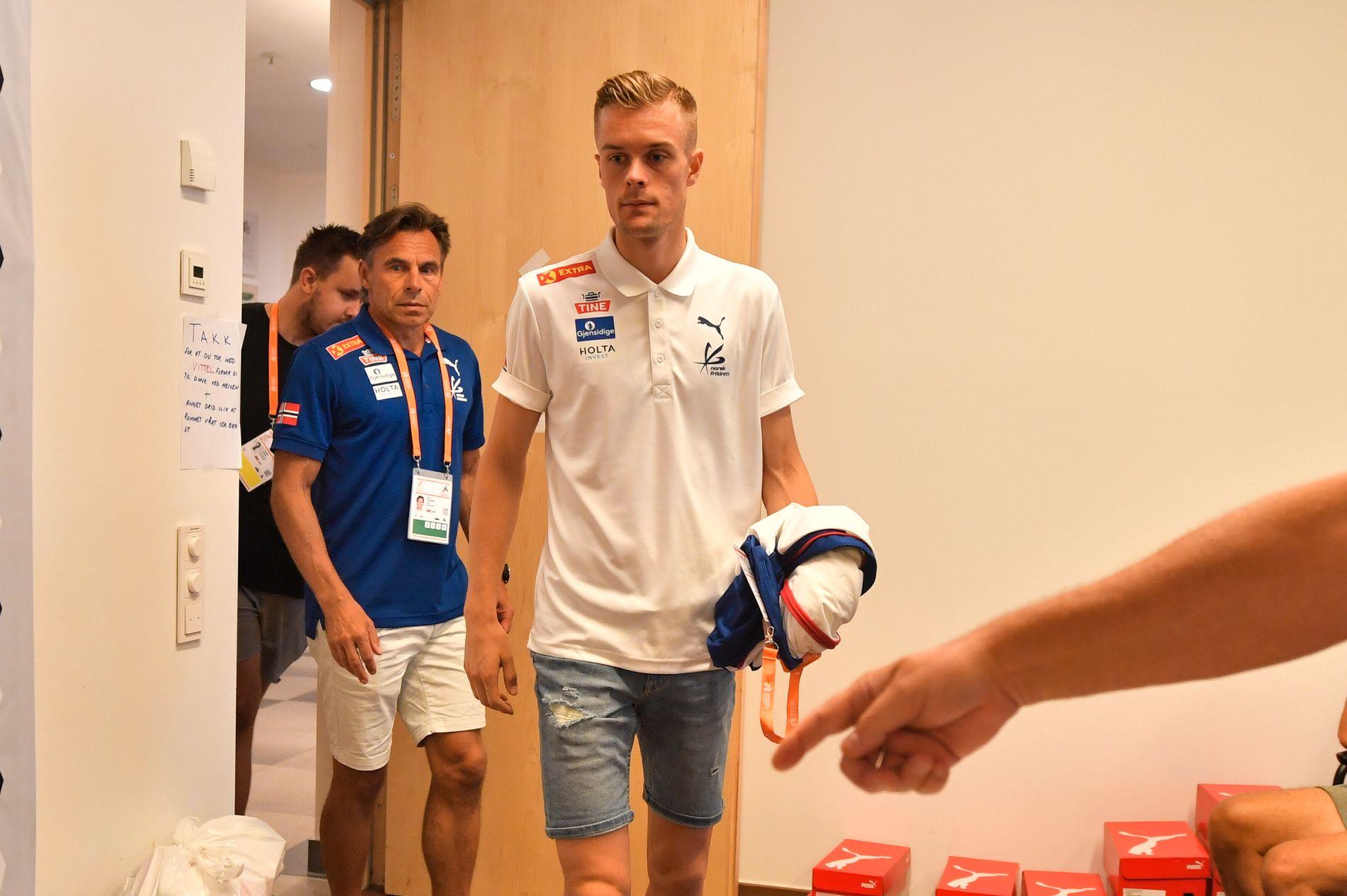TREKKER SEG: Filip Ingebrigtsen løper ikke 5000 meter i EM i Berlin. Det fortalte han til pressen lørdag.  Bak i blått går legen Ove Talsnes.