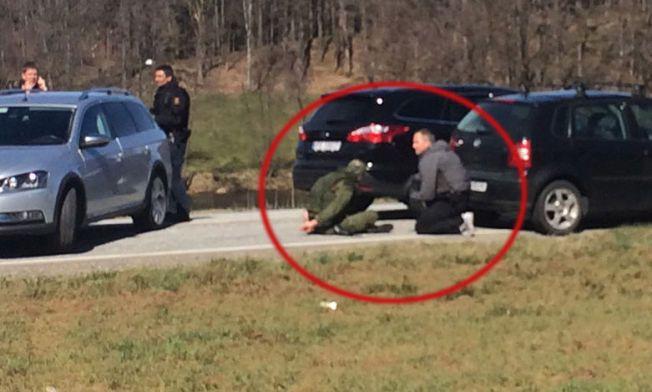 PÅGREPET: Her har politiet stanset bilen som 19-åringen stakk av med og pågrepet ham. I etterkant har det blitt klart av 19-åringen hadde drept kameraten. Politiet mener han hadde planer om å drepe flere medelever.
