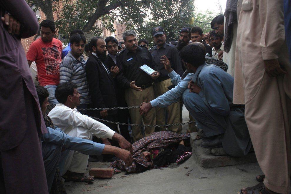 PÅ HØYLYS DAG: Farzana Iqbal ble brutalt steinet til døde for å ha giftet seg med mannen hun elsket. Årlig blir nærmere 1000 pakistanske kvinner æresdrept av sine nærmeste. FOTO: Reuters