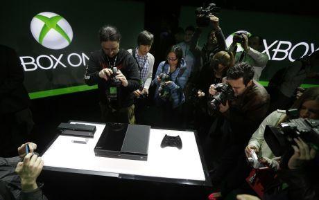 AVDUKET NY XBOX: Microsoft avduket sin kommende Xbox One tirsdag kveld. Her ser du pressen fotografere den nye konsollen, den nye Kinect-sensoren og den nye håndkontrolleren. Foto: AP
