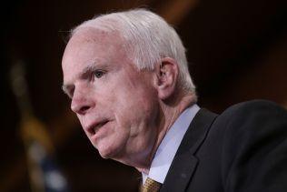 UVENNER: I 2008 hadde John McCain (bildet) og Donald Trump et vennskapelig forhold. Det har snudd på kort tid.