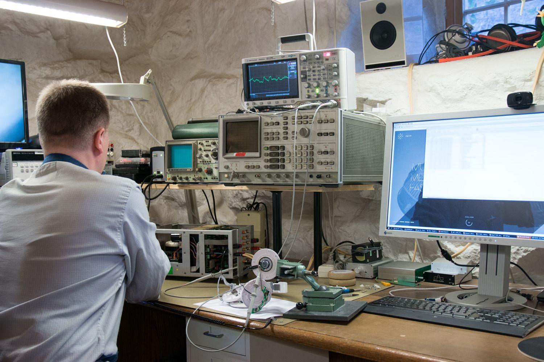 Her blir elektronikken testet ved å kjøres gjennom et oscilloskop.