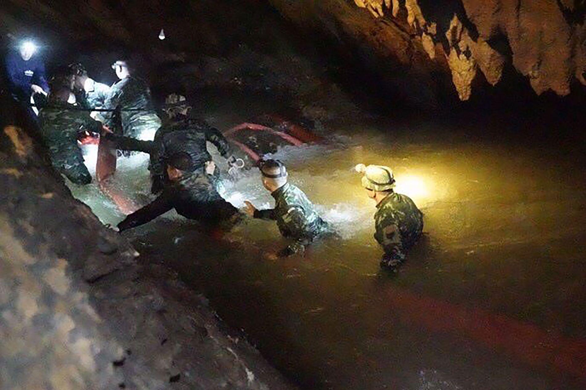 MYE VANN: Guttene ble funnet av britiske grottedykkere. Den britiske grottedykkerorganisasjonen sier at dykket var vanskelig. Natt til mandag da guttene ble funnet, var halvannen kilometer av grottegangen inn til dem fylt av vann.