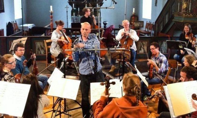NOMINERT: Den norske lydteknikeren og produsenten Morten Lindberg, her som produserende midtpunkt i Selbu kirke under en innspilling med TrondheimSolistene i 2012.