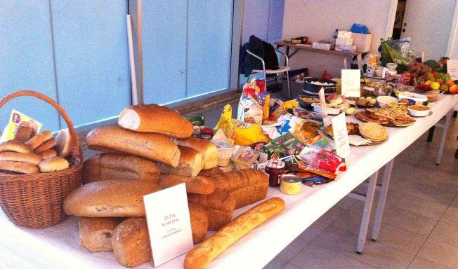 «DE RIKES BORD»: Dette bugnende bordet viser nøyaktig hvor mye en gjennomsnittlig nordmann kaster av mat i løpet av et år.