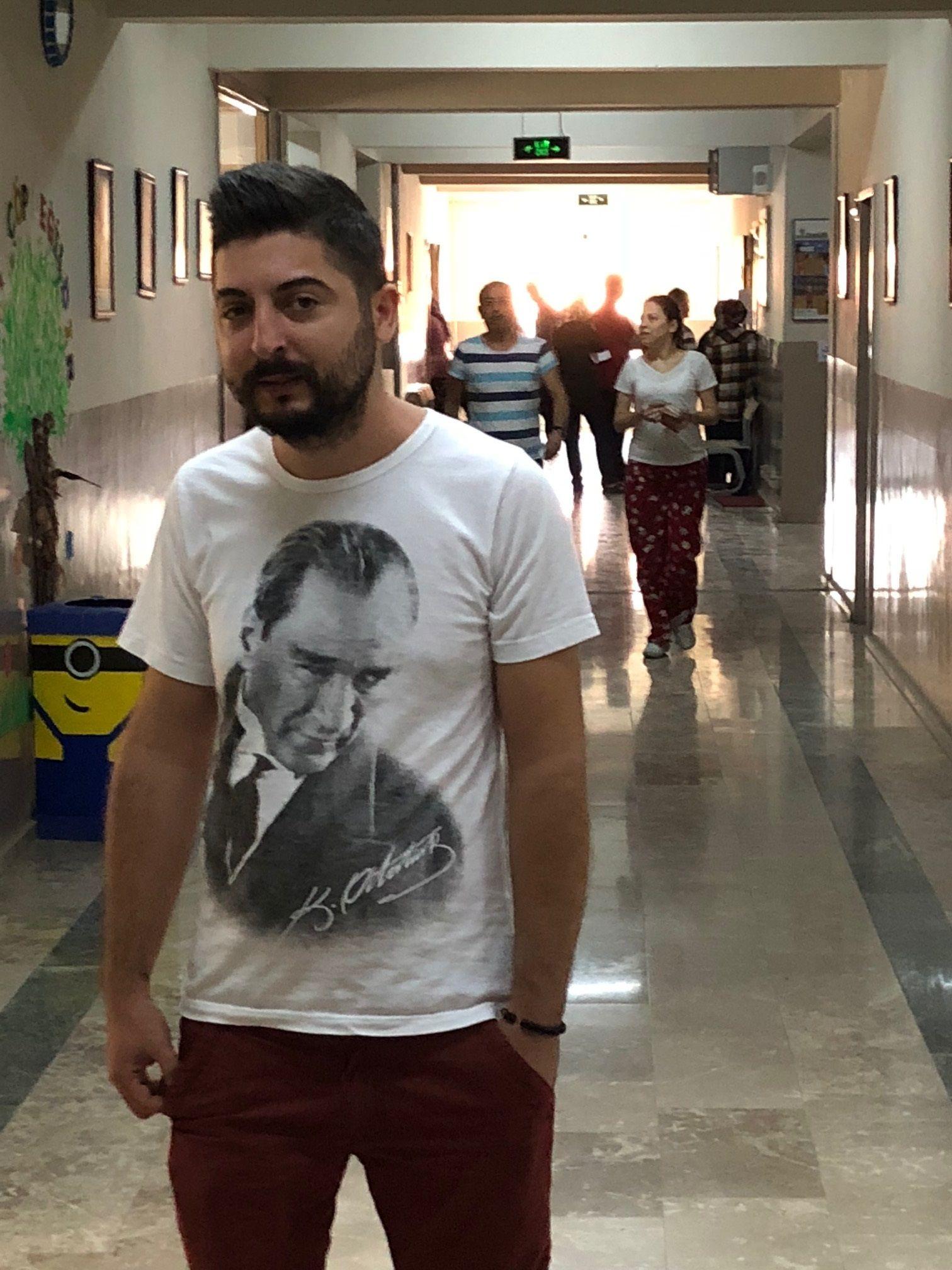 OBSERVATØR I IZMIR: Norsktyrkeren Baris Yacan har reist til Izmir i Tyrkia for å observere valget på vegne av opposisjonspartiet CHP.