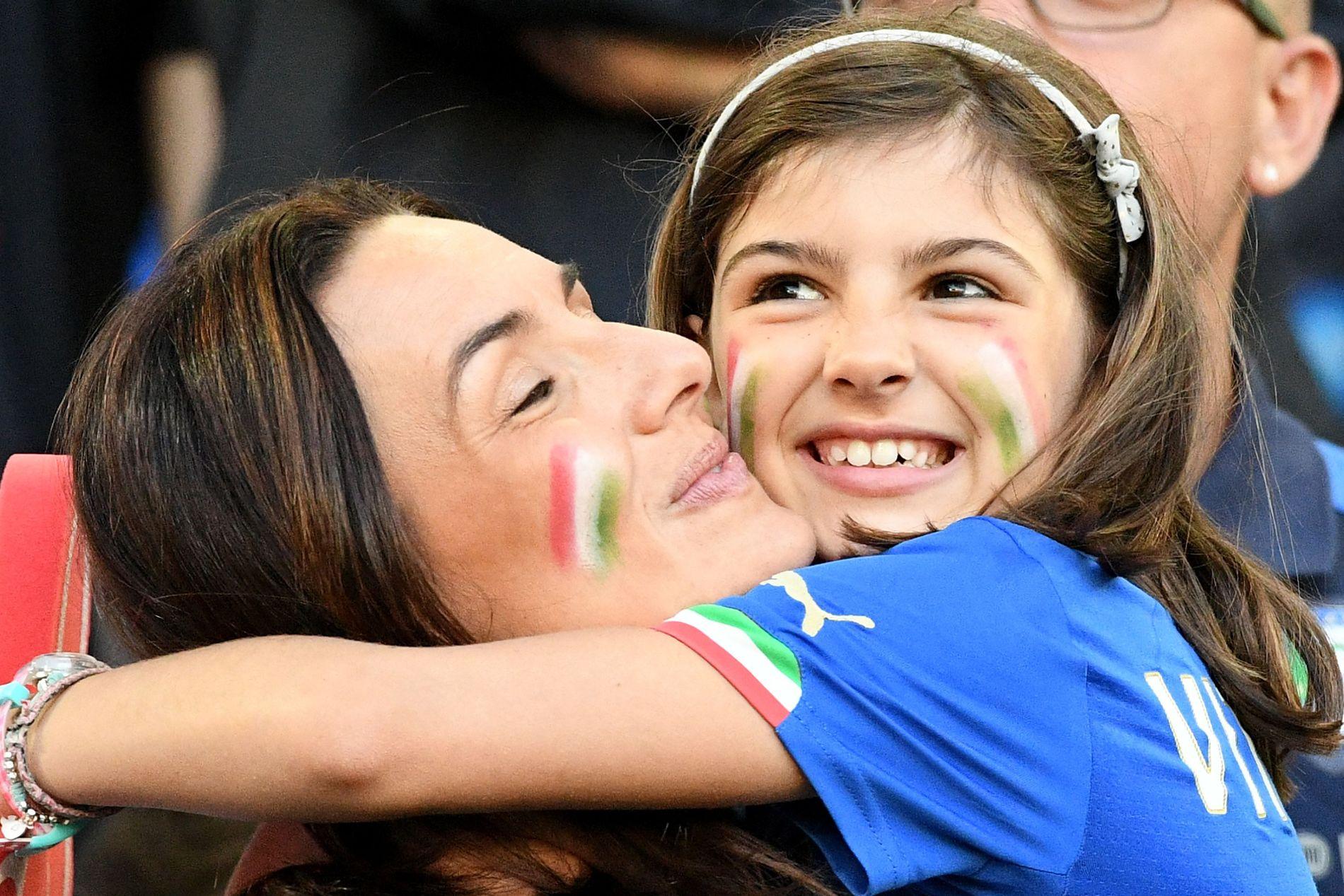 CONTES KVINNER: Antonio Contes kone, Elisabetta Muscarello, og datteren Vittoria under kvartfinalen mellom Italia og Tyskland i Bordeaux i fjor sommer. Contes Italia tapte etter straffespark-konkurranse. Foto: AFP