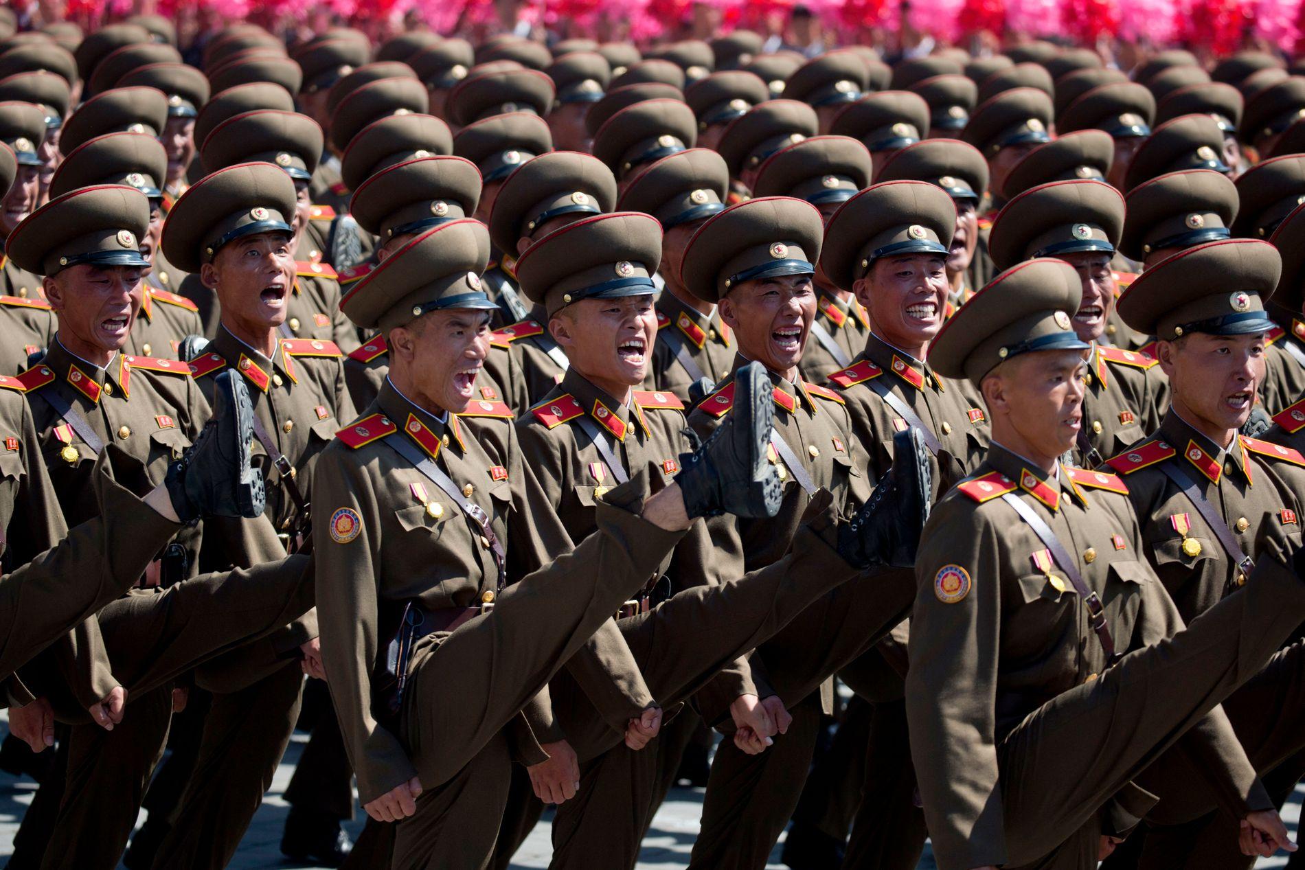 HÆLA I TAKET: Tusenvis av soldater deltok i 70 årsmarkeringen til Nord-Korea søndag.