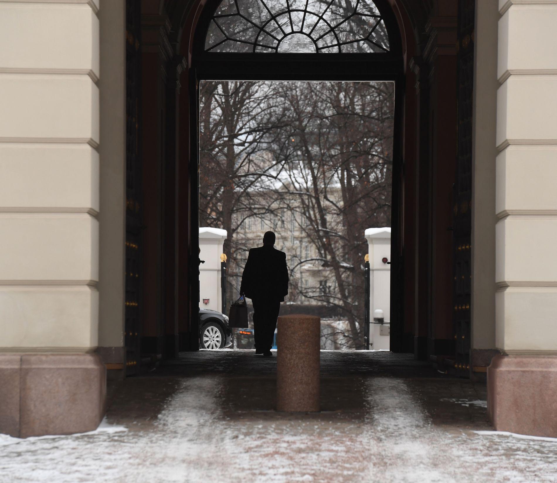 UTE: Bård Hoksrud forlater slottet rett før Erna Solberg kommer ut sammen med sin nye regjering.