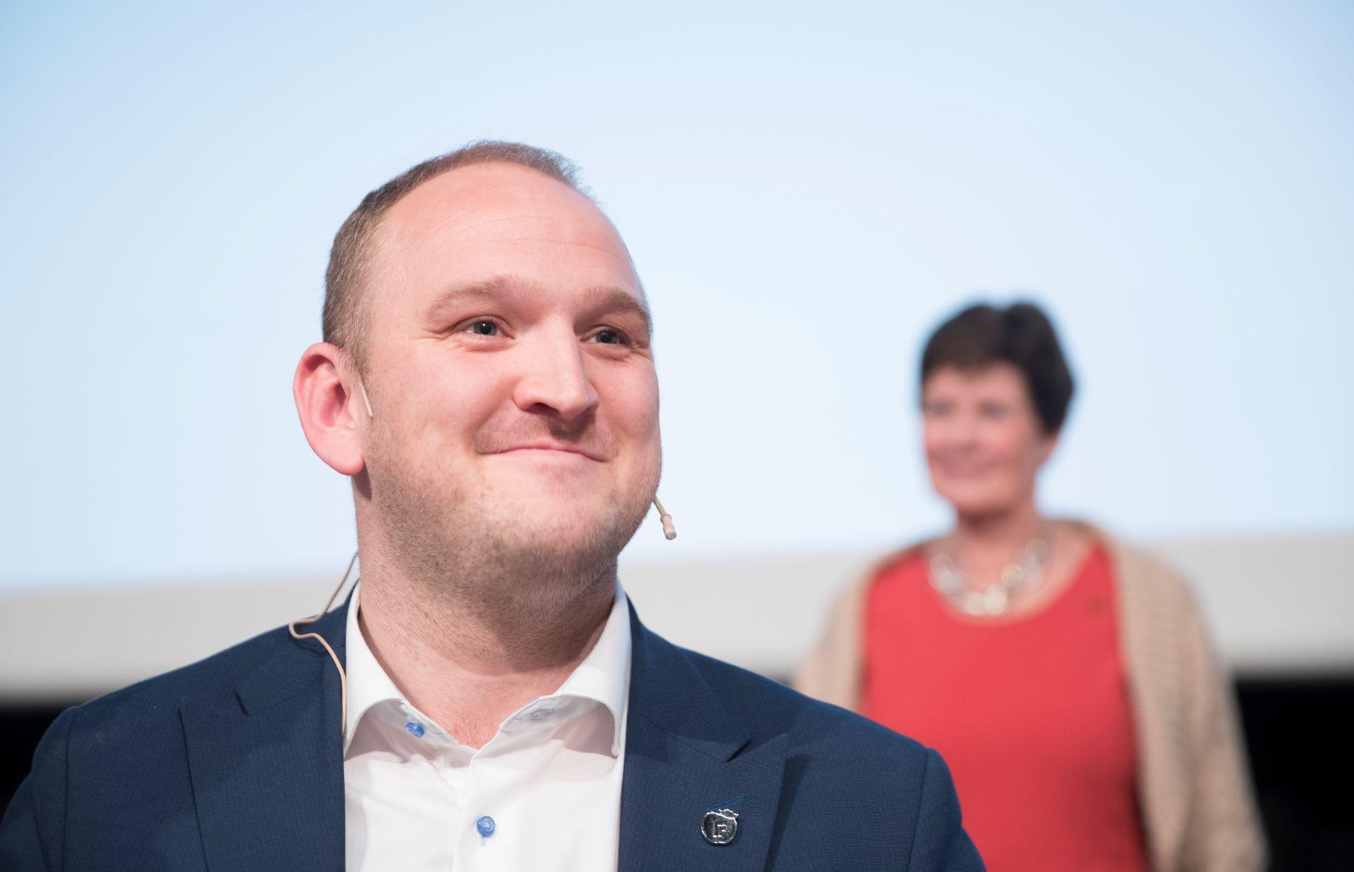KAN SMILE: Landbruksminister Jon Georg Dale, i bakgrunnen står leder Ann Merete Furuberg i Norsk bonde- og småbrukerlag under deres landsmøte i november i fjor.