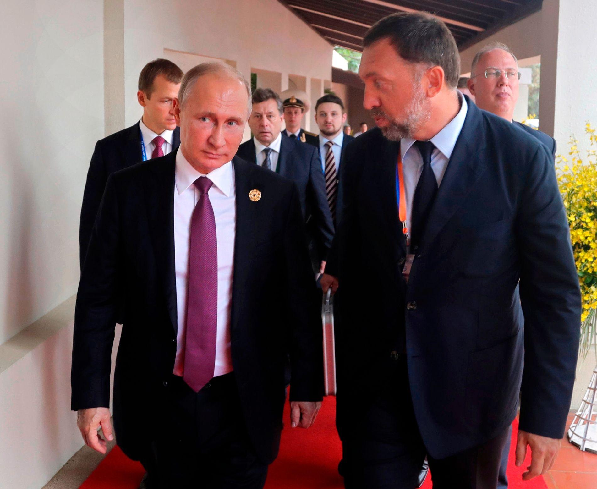 PRESIDENT OG OLIGARK: Vladimir Putin og Oleg Deripaska fotografert sammen i 2017.