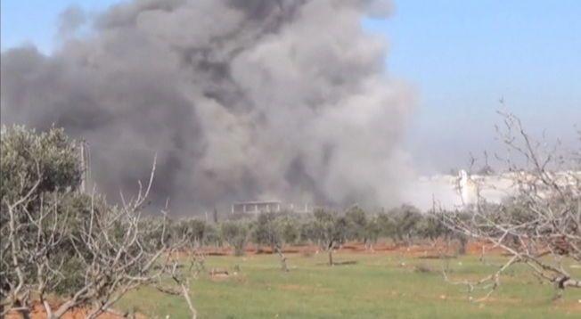 ØDELAGT: Røyk stiger opp fra stedet der Leget Uten Grenser skal ha drevet sykehus i Marat al Numan. Åtte medarbeidere er savnet etter angrepet