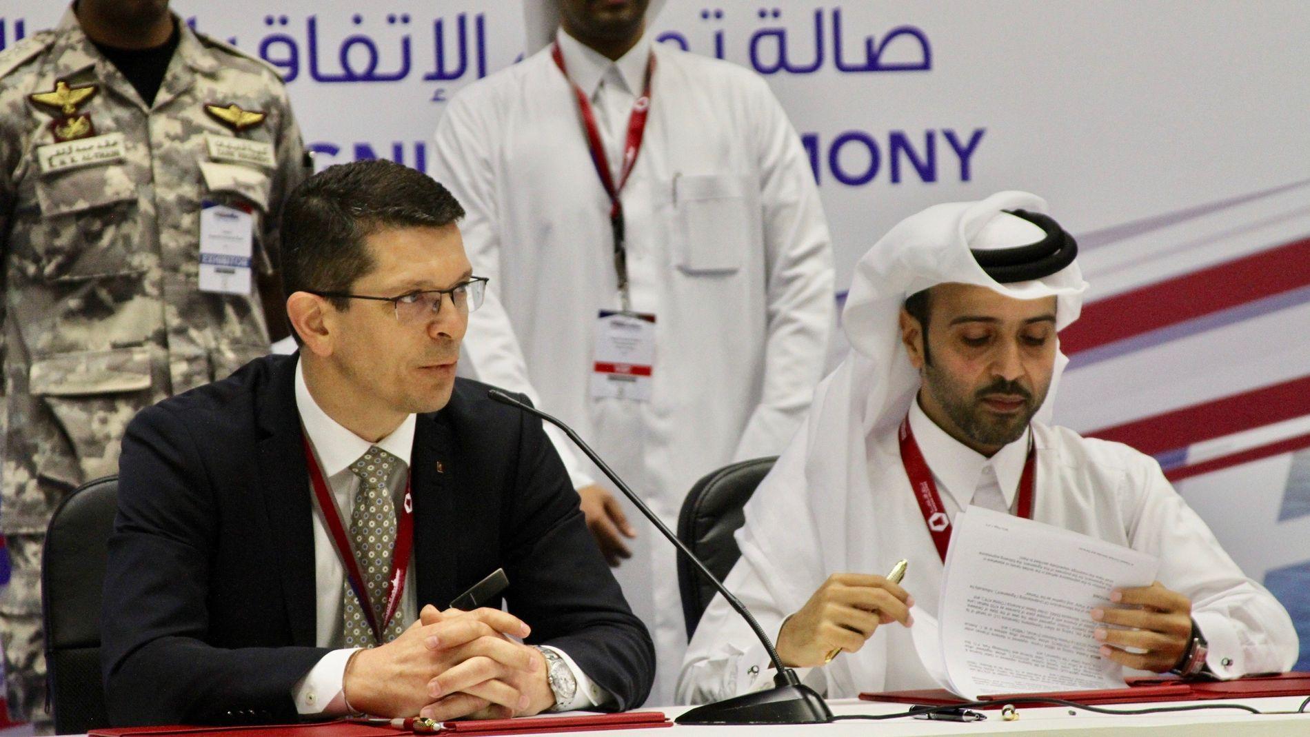 Konsernsjef Geir Håøy i Kongsberg Gruppen signerer gigantavtalen i Qatar med konsernsjefen i Barzan Holdings, Nasser Hassan Al-Naimi, under Doha International Maritime Defense Exhibition (Dimdex).