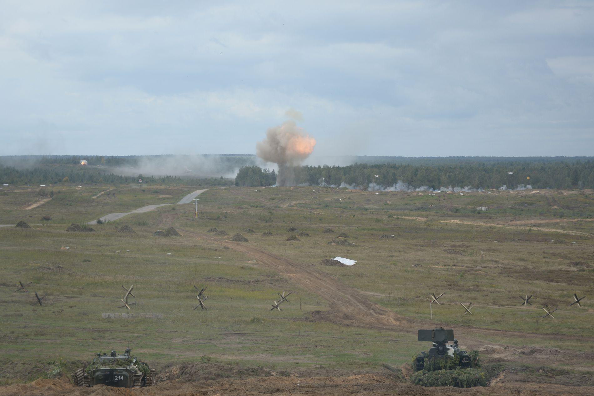 ANGRIPER: Pansrede militærkjøretøy skyter på et ukjent sted under Zapad øvelsen i Hviterussland 14. september 2017.