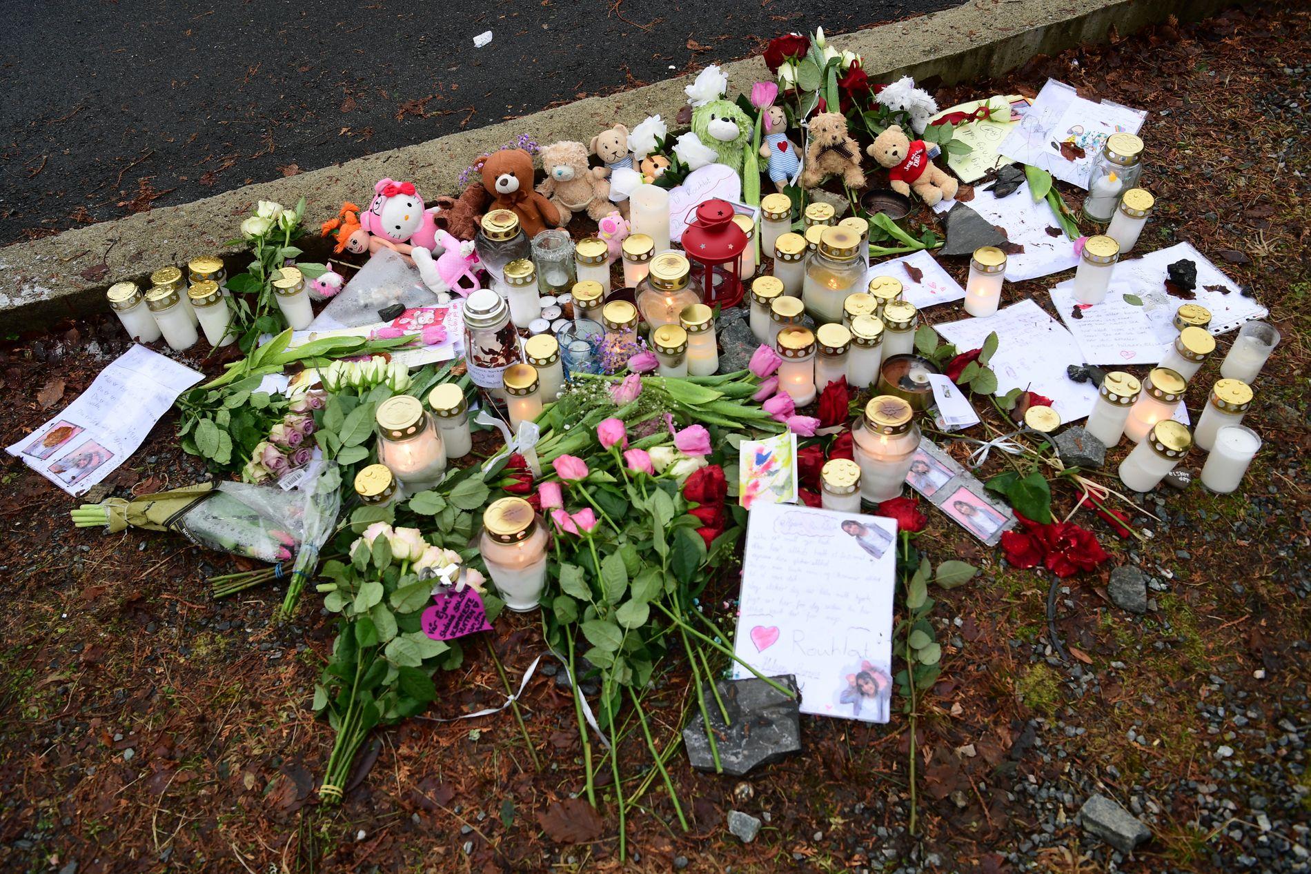 HILSENER: Tente lys, blomster og hilsener utenfor huset der en brann lørdag kostet fire mennesker livet.